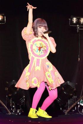 イベントで代表曲「ファッションモンスター」を披露するきゃりーぱみゅぱみゅさん
