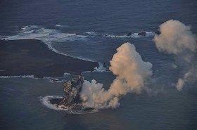 出現直後の「新島」(13年11月20日撮影、海上保安庁提供)