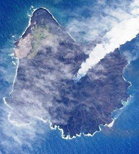 西之島は東京ドームの18倍に成長(14年5月21日撮影、海上保安庁提供)