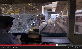 男性との接触後。電車の窓には大きなヒビが入った(画像はYouTubeのスクリーンショット)