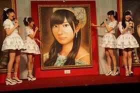 指原さんの肖像画に目を丸くするAKB48メンバー。左から西野未姫さん、高橋みなみさん、柏木由紀さん、岡田奈々さん
