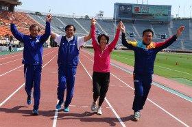 国立競技場のラストイベントに姿を見せた往年のランナーたち。左から宗猛さん、宗茂さん、有森裕子さん、瀬古利彦さん