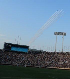 ブルーインパルスが上空に飛来し、4つのフォーメーションを披露した