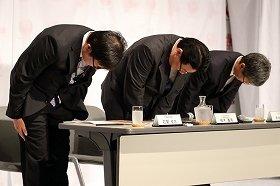 整備ミスなどで陳謝する日本航空(JAL)の植木義晴社長(中央)