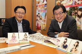 AKB48の選抜総選挙について話し合う丹羽秀樹衆院議員(左)と山本拓衆院議員(右)。丹羽議員の議員会館のオフィスには多数のAKB48のポスターが貼られている