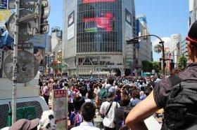 混雑した渋谷スクランブル交差点(14年6月15日撮影)