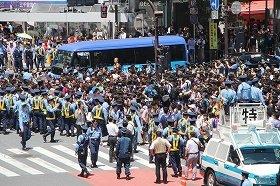 15日、スクランブル交差点周辺には警官800人が配置された
