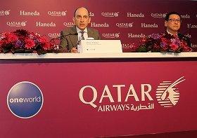 都内で会見に臨むカタール航空のアクバ・アル・バクル最高経営責任者(CEO、写真左)。豪華なサービスで他社との差別化を図る