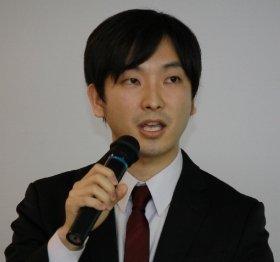 mixiの朝倉祐介社長が日経ビジネスの記事に噛みついた!(写真は、2014年2月の社長交代の記者会見で)