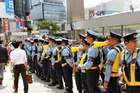 大勢の警官登場で騒ぎは収まった
