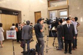 馮院長を取り囲む台湾メディア