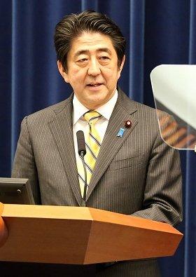 記者会見に臨む安倍晋三首相