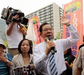 官邸前では行使容認に反対するデモが続いた。共産党の吉良佳子参院議員(左)、志位和夫委員長(右)も安倍政権を批判する演説をした