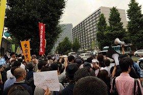 集団的自衛権の行使容認に反対する官邸前デモ(2014年7月1日撮影)