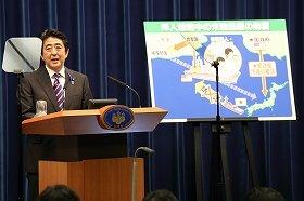 安倍首相の7月1日の会見。米艦防護に関するパネルを使いながら説明した