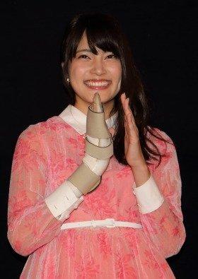 初主演映画の舞台あいさつで笑顔を見せるAKB48の入山杏奈さん。観客からは「あんにーん!かわいいよー!」などと声援が飛んでいた
