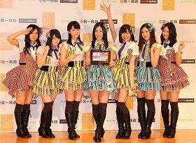 記者発表会に出席したSKE48のメンバー。左から古川愛李さん、木本花音(かのん)さん、松井玲奈さん、松井珠理奈さん、須田亜香里さん、北川綾巴(りょうは)さん、古畑奈和(なお)さん