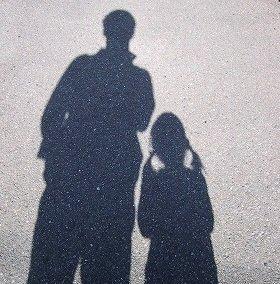 女児と成人男性のペアを見かけたら、注意してみるべき?(画像はイメージ)