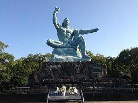 長崎平和公園を訪れて命の尊さを学ぶ学校も