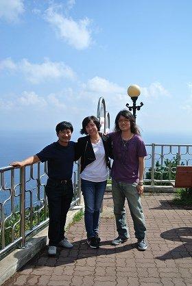 鬱陵島で、飴やジュースをくれた韓国人夫婦と記念撮影した古谷経衡さん(写真右。2012年9月撮影、古谷さん提供)