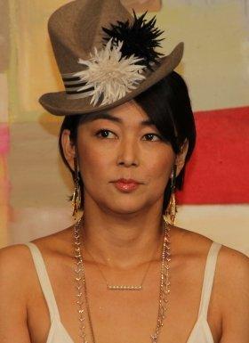 帽子をかぶる中島知子