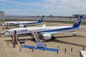 手前が新たにお目見えしたボーイング787-9型機。奥の787-8型機よりも胴体が6メートル長く、乗客、貨物を2割多く乗せられる