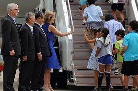 ケネディ大使(中央)がハイタッチで小学生を見送った
