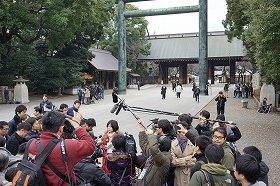 靖国神社の取材では多くの日本メディアに取り囲まれた