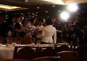 日本メディアの取材を受けることも多い(中央がリー支局長)