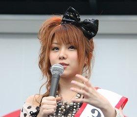 田中れいなさんの服装の「きちがいピンク」が議論に(2010年撮影)