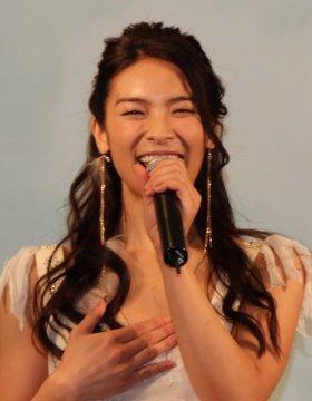 笑っている秋元さん(13年11月撮影)