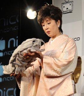 ダイオウグソクムシのぬいぐるみに興味津々の様子の小林さん(13年10月、ニコニコのイベントで撮影)