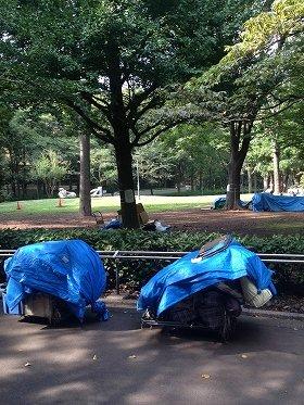 園内では何人もの路上生活者の姿が確認された(写真は新宿中央公園 6日編集部撮影)
