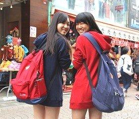 双子コーデの女子高生