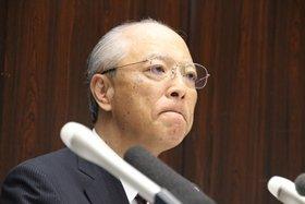 記者の質問を聞く木村社長