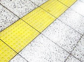 視覚障害者を助ける点字ブロック。線状のものは進行方向を示し、点状のものは危険箇所等を示す