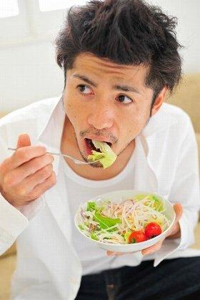 食品大手各社が生鮮野菜ビジネスに注力 高価格のトマト、切る手間が省ける「カット野菜」...