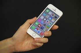 アイフォーンの新OS「iOS 8」アップデートで防水になった! デマが広がりツイッターで水に浸した報告も