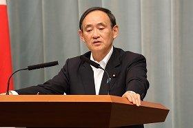 会見に臨む菅義偉官房長官。「調査の現状について更に詳細な説明を早期に受ける必要がある」などと話した