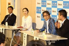 パネルディスカッションは「民主党の存在意義」をテーマに行われた。左から海江田万里代表、春香クリスティーンさん、小林よしのりさん、コーディネーターの津村啓介衆院議員