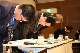記者会見で陳謝する日本航空(JAL)の植木義晴社長(写真中央)