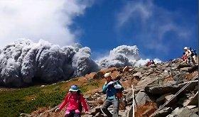 富士山頂、ご来光時に約1500人が集結 もし「水蒸気爆発」が起きたら・・・