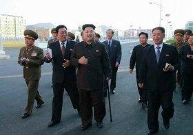 2014年10月14日に労働新聞は正恩氏がつえをつく写真を1面トップで報じた