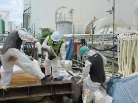2号機トレンチ凍結止水対策における氷の試験投入(写真:東京電力)