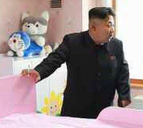 正恩氏の後ろに、ドラえもんらしきぬいぐるみが映り込んでいる(労働新聞より)