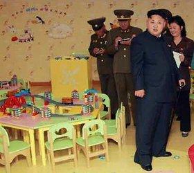 テーブルの上には「きかんしゃトーマス」に似たおもちゃが...(労働新聞より)