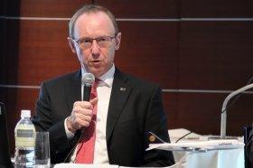 都内で会見するルフトハンザ航空のカール・ウルリッヒ・ガーナート最高経営責任者(CEO)。2020年の東京五輪に向けてA380の羽田乗り入れを検討する考えを示した