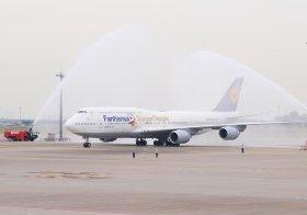 747-8の日本乗り入れ初便は10月27日に羽田空港し、消防車から歓迎の放水を受けた