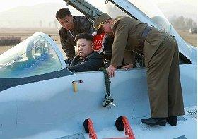 戦闘機のコックピットに座る金正恩第1書記(労働新聞より)