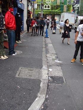渋谷センター街の街並み(2日撮影)。1日には、同じ場所に大量のゴミが散乱している写真がツイッターで投稿され、9万回以上もリツイートされていた